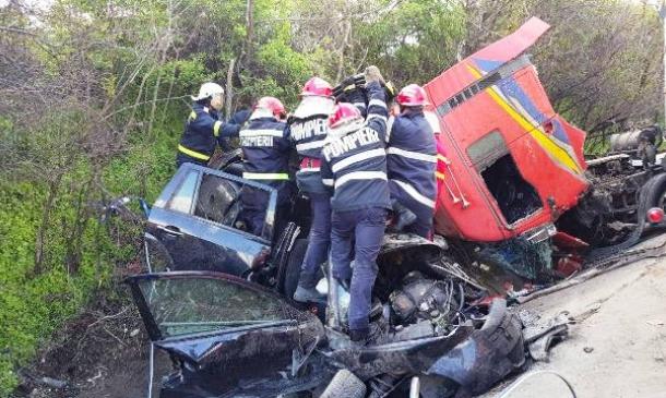 Carnagiu la Pădurea Sarului: cinci doljeni au murit după ce un TIR a intrat în masinile lor